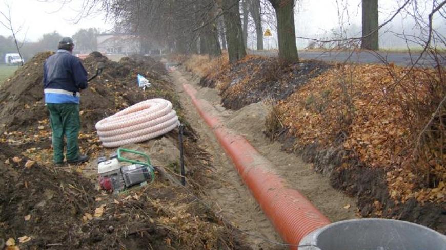 Trwają prace przy budowie chodnika w Starczanowie