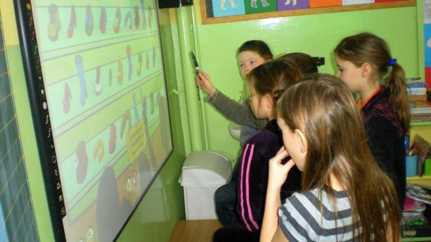 Zabawy z tablicą interaktywną w czasie ferii zimowych w Szkole Podstawowej w Nekli